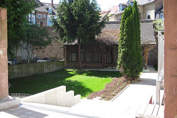 Kernsanierung und Dachausbau eines denkmalgeschützen Altbaus mit Seitengebäude