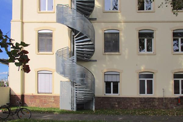 Bau einer Fluchttreppe in der Raumfabrik Durlach